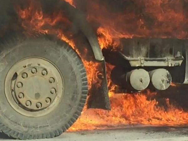 Yük avtomobili yanıb