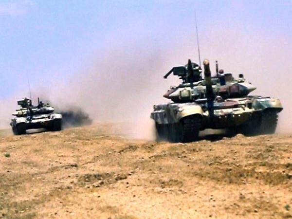 """Müdafiə Nazirliyi daha bir VİDEO yaydı - <span class=""""color_red"""">Tank və artilleriya bölmələri atəş mövqelərini tutdular</span>"""