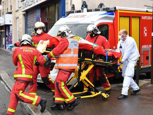"""""""Charlie Hebdo""""nun keçmiş binasında bıçaqlı hücum - <span class=""""color_red""""> 4 yaralı</span>"""
