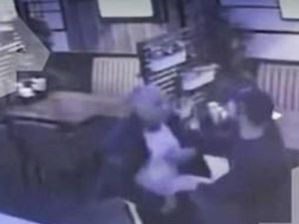 Deputat kafedə müştərini DÖYDÜ - VİDEO
