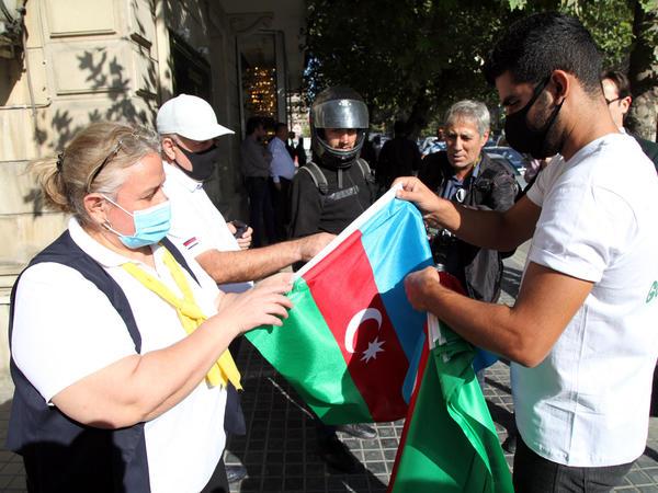 Bakıda gənclər əhaliyə bayraq payladı - FOTO