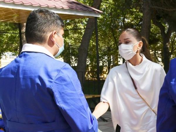 Birinci vitse-prezident Mehriban Əliyeva yaralı hərbçilərlə görüşdə kövrəldi - VİDEO