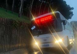 """Bakıda daha bir avtobus qəzası: <span class=""""color_red"""">yoldan çıxıb istinad divarına çırpıldı - FOTO</span>"""
