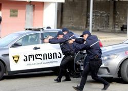 Gürcüstanda silahlı şəxs bankda bir neçə nəfəri girov götürüb
