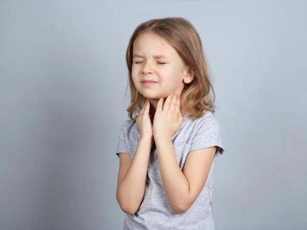 Uşaqlarda boğaz ağrısının səbəbləri: Boğazı silmək olarmı?