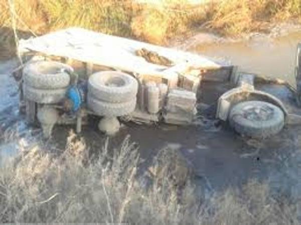 """""""KamAZ"""" su kanalına aşdı, sürücü öldü"""