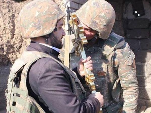 """Əli silahlı erməni """"din"""" adamları - Erməni kilsəsi qan və terror istəyir - FOTO"""