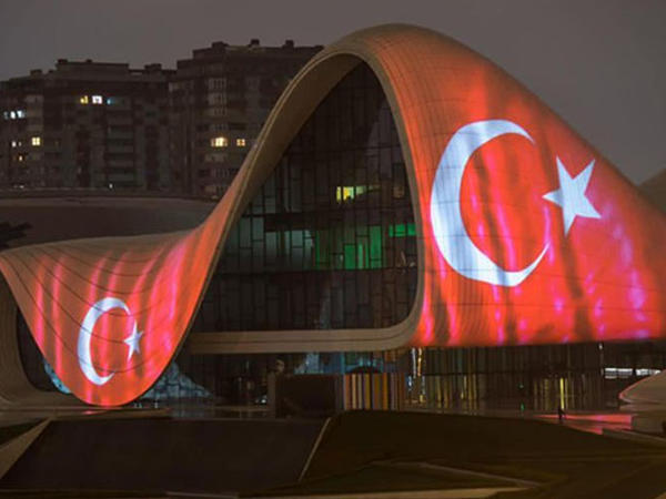 Heydər Əliyev Mərkəzinin binası və Bakı Olimpiya Stadionunun üzərinə Türkiyənin bayrağı videoproyeksiya olunub - FOTO