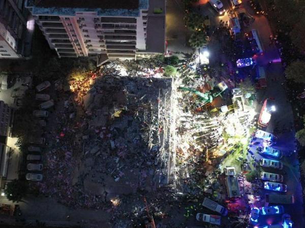 İzmirdə daha 100 nəfər dağıntıların altından xilas edilib