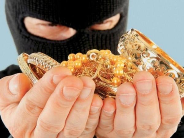 Evdən içində 2000 dollar, 780 manat və 5000 manatlıq qızıl olan çanta oğurlandı