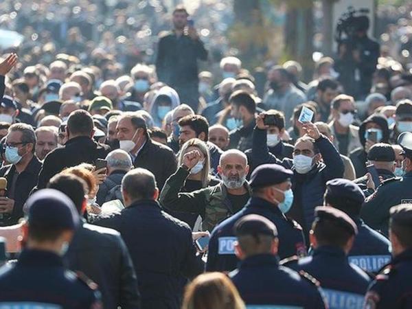 Yerevanda Paşinyanın istefasını tələb edənlər yürüş keçirir - VİDEO