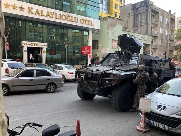 """Türkiyədə oteldə silahlı insident: <span class=""""color_red"""">5 nəfər yaralandı</span>"""