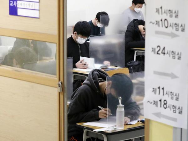 Cənubi Koreyada qəbul imtahanında abituriyentlər arasında plastik baryerlər quraşdırılıb