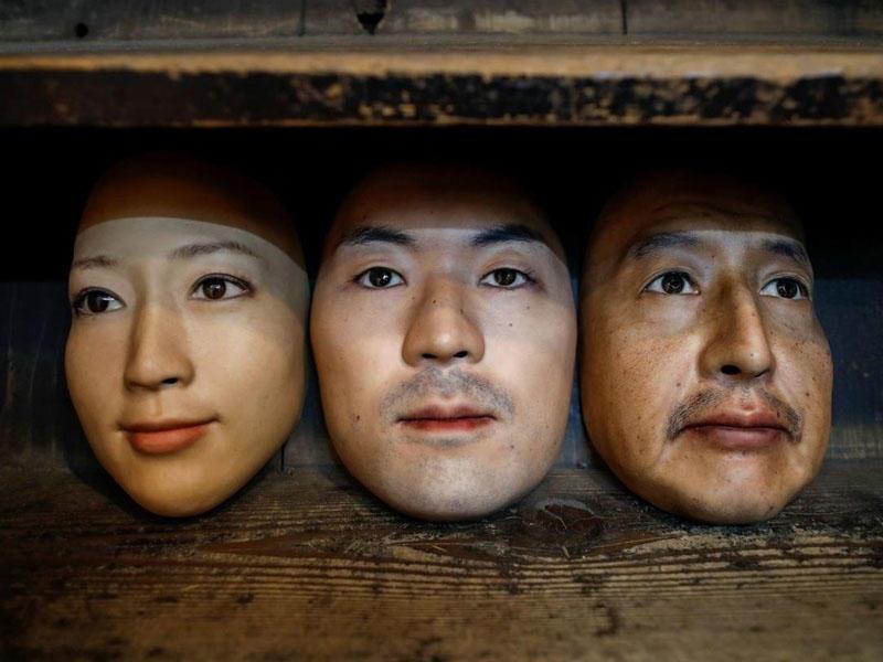 Tokioda bir mağaza 3D printer vasitəsilə hazırlanmış insan üzü maskaları sa ...