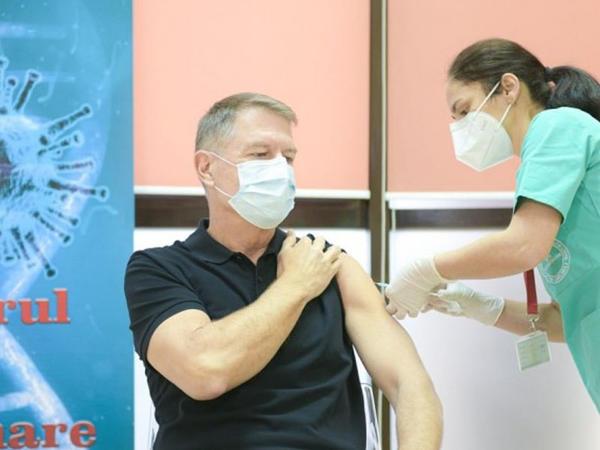 Rumıniyanın prezidenti canlı yayımda vaksin olundu