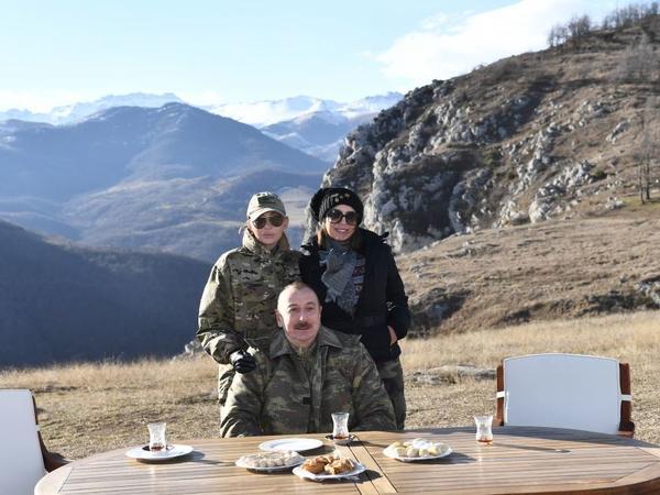 Azərbaycan Prezidenti: Cıdır düzündə armudu stəkanda çay, paxlava ilə, dostlarımız sevinsin, düşmənlərin gözü kor olsun! - VİDEO - FOTO