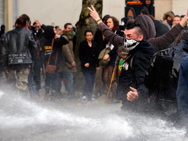 Fransada etiraz aksiyasında 12 polis xəsarət alıb