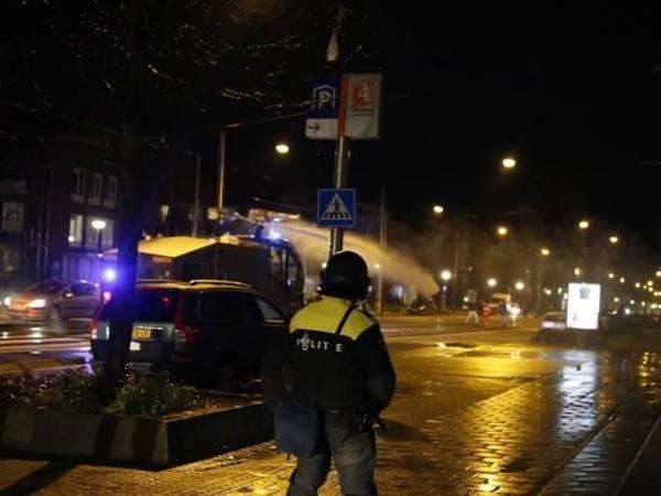 Amsterdamda polis nümayişi dağıtmaq üçün su şırnaqlarından istifadə edir