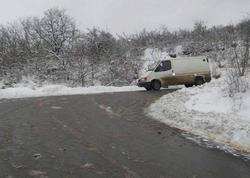 Ağsu aşırımında yol buz bağladı, avtomobillərin hərəkəti çətinləşdi