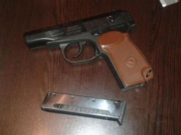 Qaxda narkotik alverçisi silahla yaxalandı