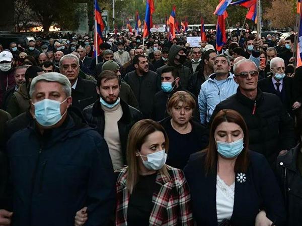 Ermənistanda müxalifət parlament qarşısında etiraz aksiyası keçirir