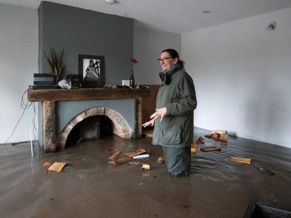 Uelsdə baş verən daşqın nəticəsində yüzlərlə ev su altında qalıb