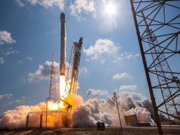 SpaceX 140-dan çox peyki daşıyan raketi orbitə çıxarıb