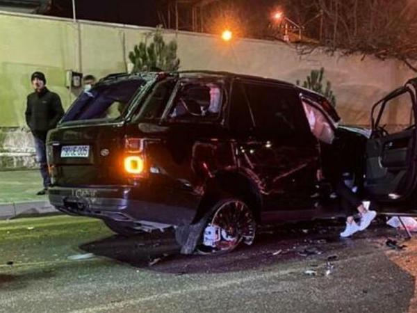 """Bakıda lüks avtomobil BELƏ AŞDI - <span class=""""color_red"""">Sürücü yerindəcə öldü - ANBAAN VİDEO</span>"""