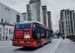 Nəqliyyat vasitələrinin avtobus zolağı boyunca hərəkəti halları müşahidə olunur - VİDEO