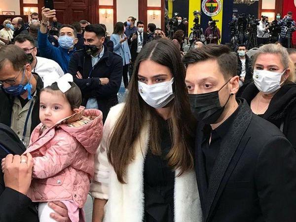 """""""Fənərbağça"""" Özili təqdim etdi"""