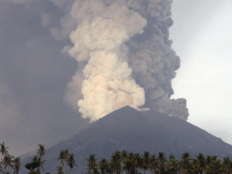 İndoneziyanın ən fəal vulkanı püskürməyə başlayıb