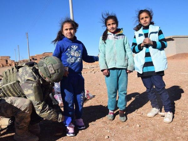 Türk ordusu suriyalı uşaqlara hədiyyələr payladı - FOTO