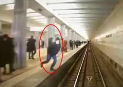 Moskva metrosunda dəhşətli intihar anı kamerada - VİDEO