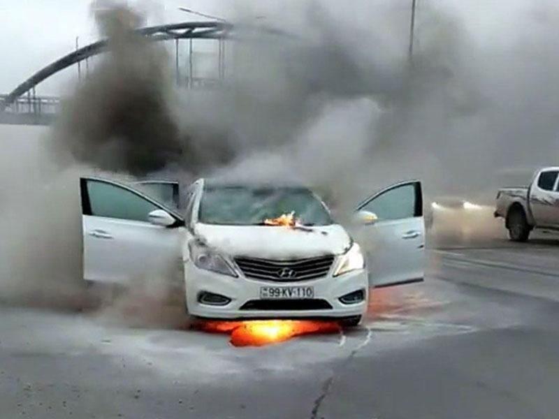 """Bakı - Sumqayıt yolunda """"Hyundai"""" hərəkətdə olarkən yandı - VİDEO"""