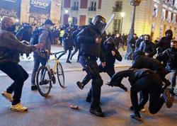 İspaniyada polis etirazçılara qarşı güc tətbiq edib - VİDEO