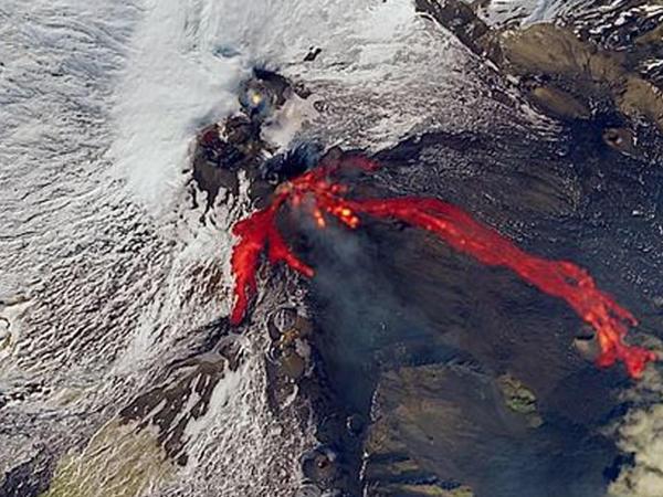 Avropanın ən fəal vulkanlarından birinin püskürməsinin kosmosdan görüntüsü - FOTO