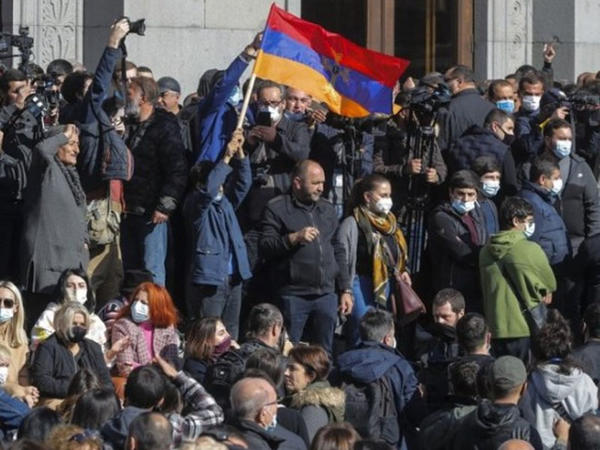 İrəvanda etirazçılar əsas yolları bağladılar - VİDEO