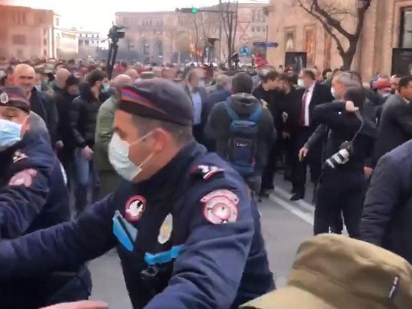 Polis zabitləri Paşinyanın istefası tələbinə qoşuldu