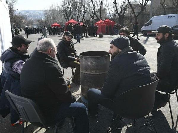 Yerevanda Paşinyanın istefasını tələb edən etirazçılar meydanlarda gecələyir
