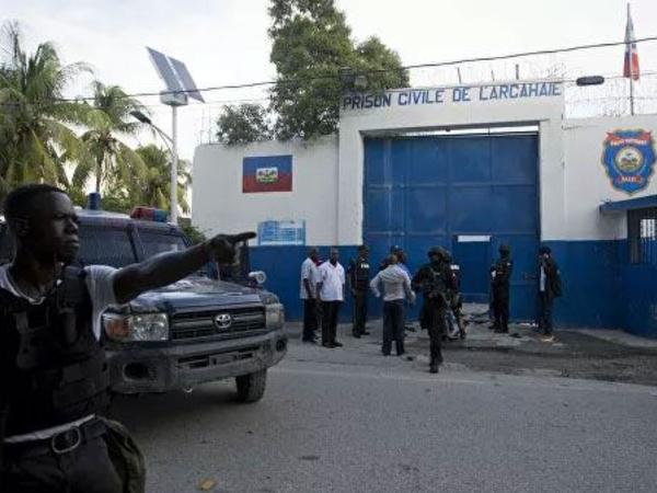 """Haitidə 400-dən çox məhbus həbsxanadan qaçıb, <span class=""""color_red""""> qarşıdurmada 25 nəfər ölüb</span>"""