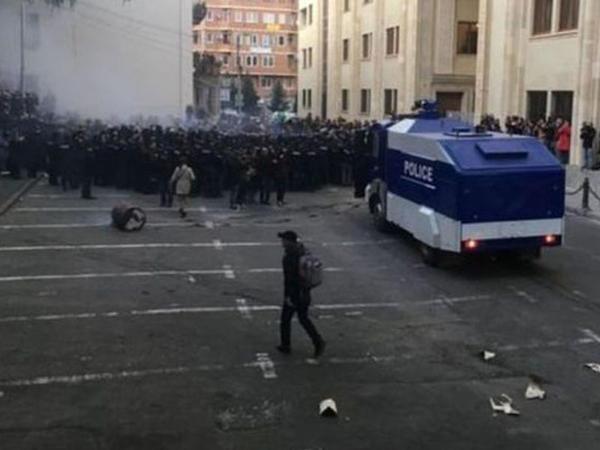 """Tbilisidə nümayişçilərlə polis arasında qarşıdurma: <span class=""""color_red"""">7 nəfər saxlanıldı</span>"""