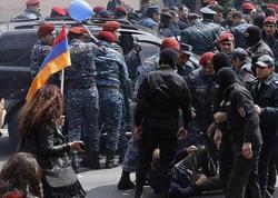 Yerevanda keçmiş hərbçilər Müdafiə Nazirliyinin qarşısında akiya keçirirlər