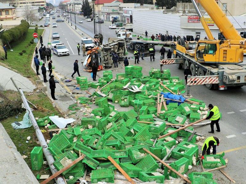 Bakıda yük maşını 10 metr hündürlükdən aşdı, toyuqlar yola dağıldı - Ağır yaralı var - YENİLƏNİB - FOTO