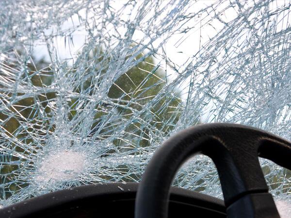 """Bakı-Qazax yolunda """"Land Rower"""" aşdı, sürücü öldü, sərnişinin vəziyyəti ağırdır"""