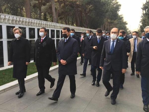 Türk Şurasının rəsmiləri Şəhidlər Xiyabanını ziyarət ediblər - FOTO