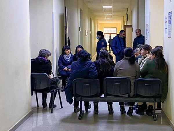 """Ermənistanda aksiyalar səngimir - itkinlərin valideynləri binanın girişlərini bağladılar - <span class=""""color_red"""">FOTO</span>"""