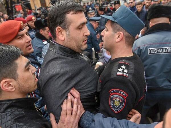 İrəvanda etirazlar: 14 nəfər saxlanılıb
