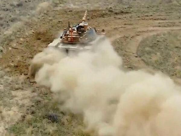 Türkiyə şirkəti hərəkətdə olan tank üzərindən atəş sistemini sınaqdan çıxarıb