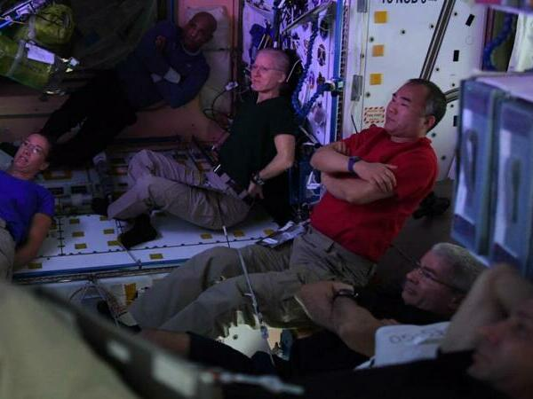 Astronavt SİRRİ AÇDI: Kosmik Stansiyada romantik komediya və içkilər...