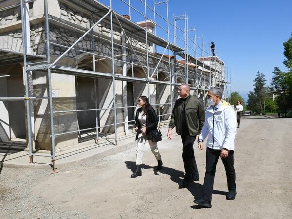 Prezident İlham Əliyev Şuşa Rəsm Qalereyasında görülən işlərlə tanış olub - VİDEO